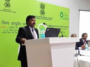 El Dr. Vijay Carolin en el congreso de Medicina Ayurveda de la India