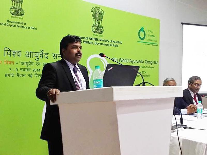 El Dr. Vijay Carolin al Congrés de Medicina Ayurveda de l'Índia