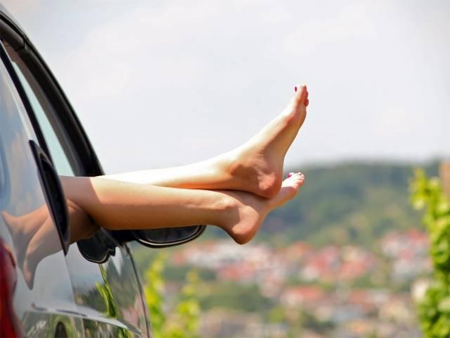 Noia treient els peus per la finestra
