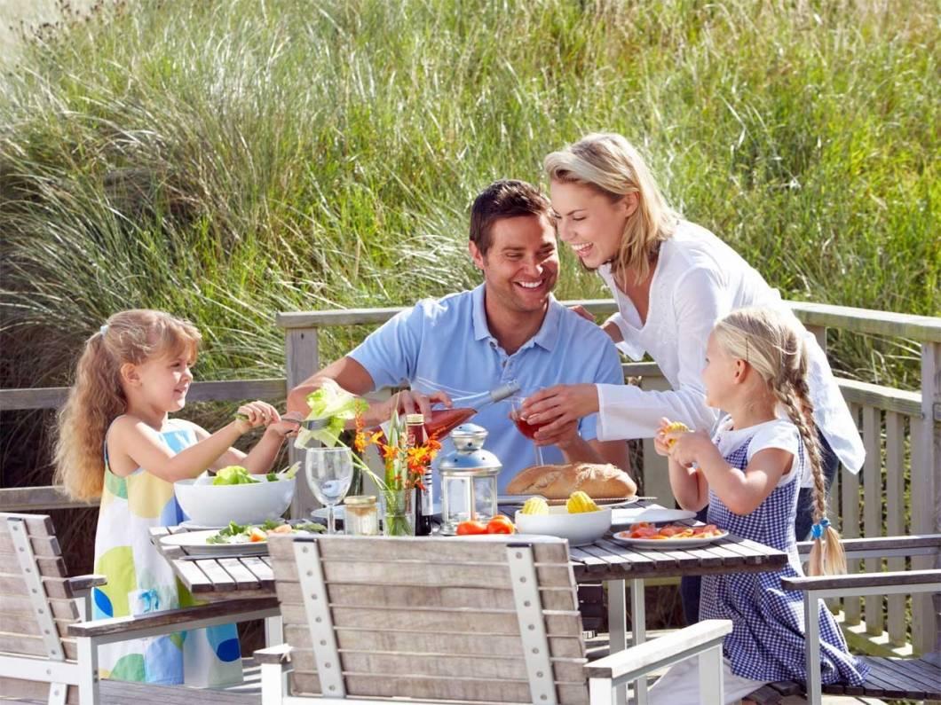 Familia comiendo bien y sano con la dieta mediterranea