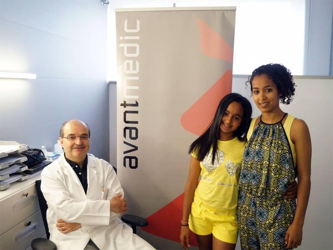 Dos niñas saharauis con el Dr. Xavier Galindo de nuestro centro mèdico