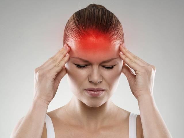 Mujer con dolores de cabeza producidos pro una migraña