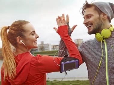 Parella feliç fent esport