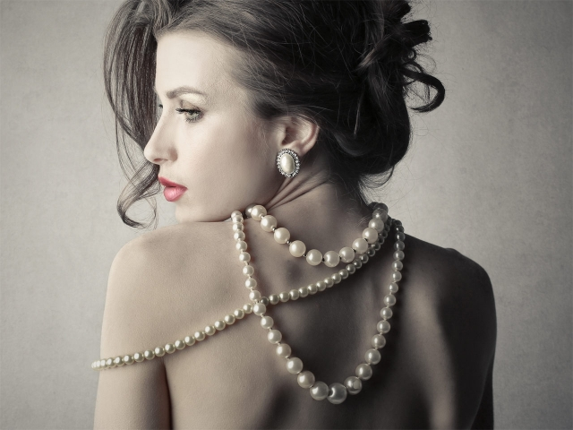 Dona amb collar de perles