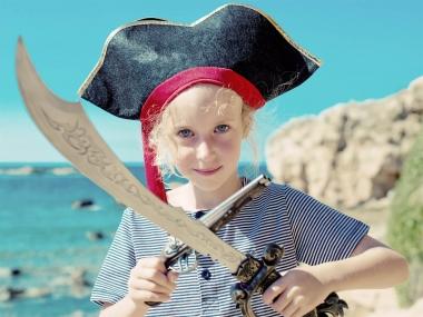 Niño en la playa vestido de pirata