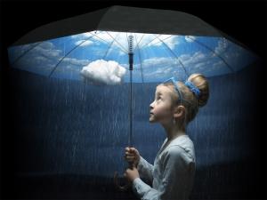 Niña bajo paraguas con lluvia