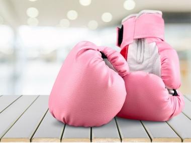 Guantes de boxeo de color rosa