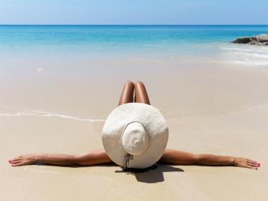 Chica tumbada en la playa