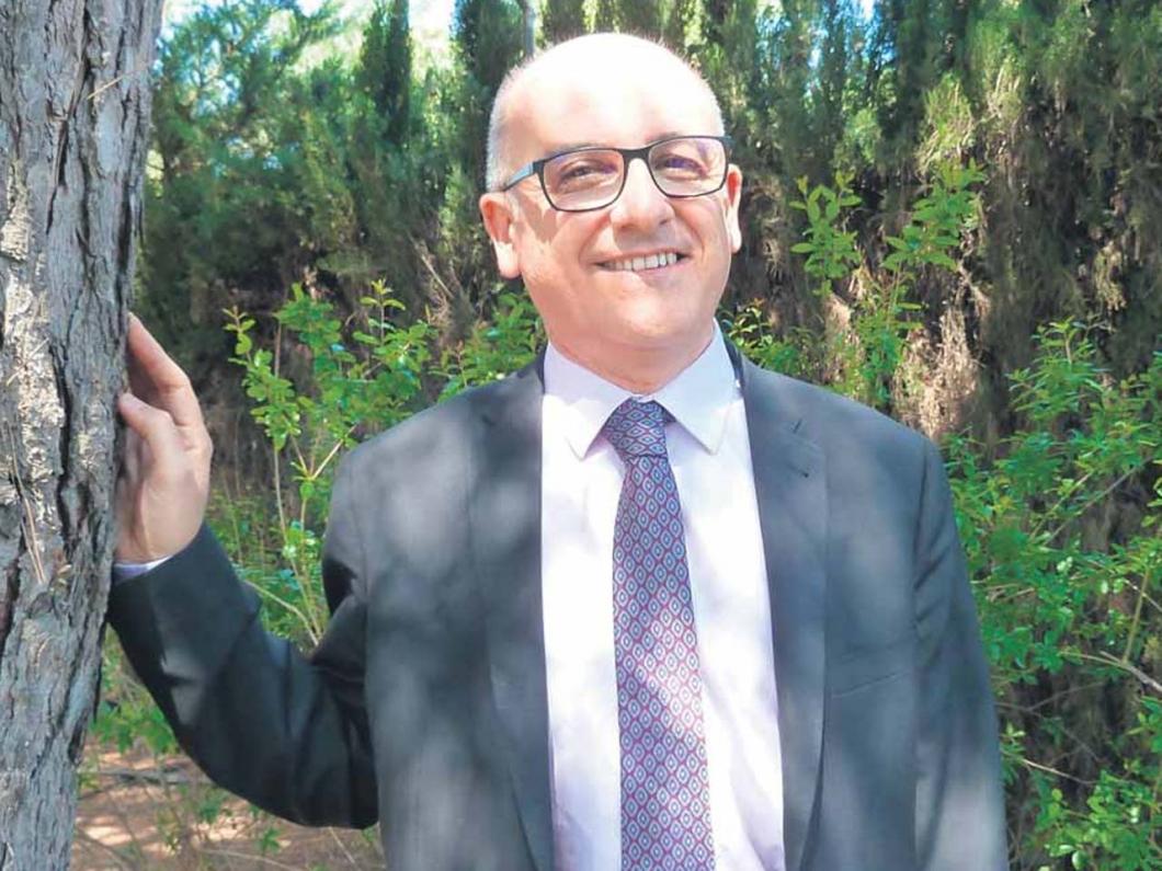 El doctor Luis Marqués, fotografiado en el exterior de los estudios de El Punt Avui Televisió