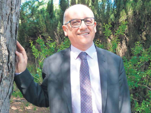 El doctor Lluís Marquès, fotografiat a l'exterior dels estudis d'El Punt Avui Televisió