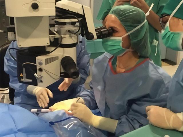 La Dra. Maria Jesus Muniesa aplicant el dispositiu CyPass a l'Hospital Arnau de Vilanova de Lleida