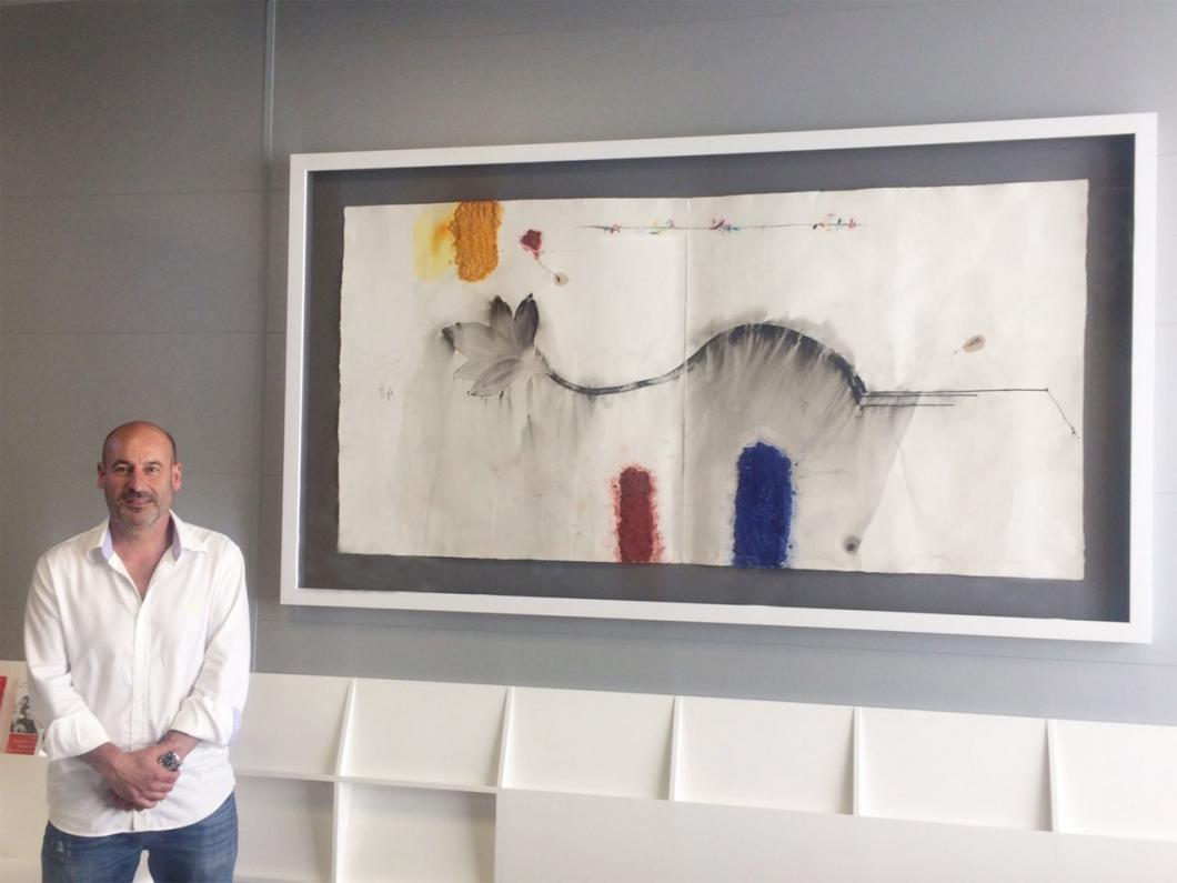 El artista leridano, Joanpere Massana, junto a la obra 'Rosa rosae rosa' ubicada en el vestíbulo de Avantmèdic
