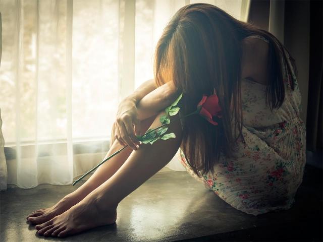 Chica triste con miedo a los cambios